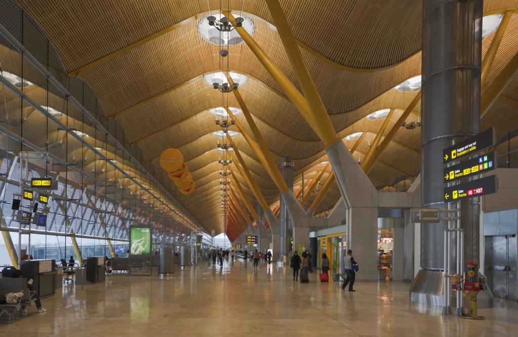 Segundo récord de afluencia de pasajeros y carga en el aeropuerto Madrid- Barajas en lo que va de año fd665c34fae54